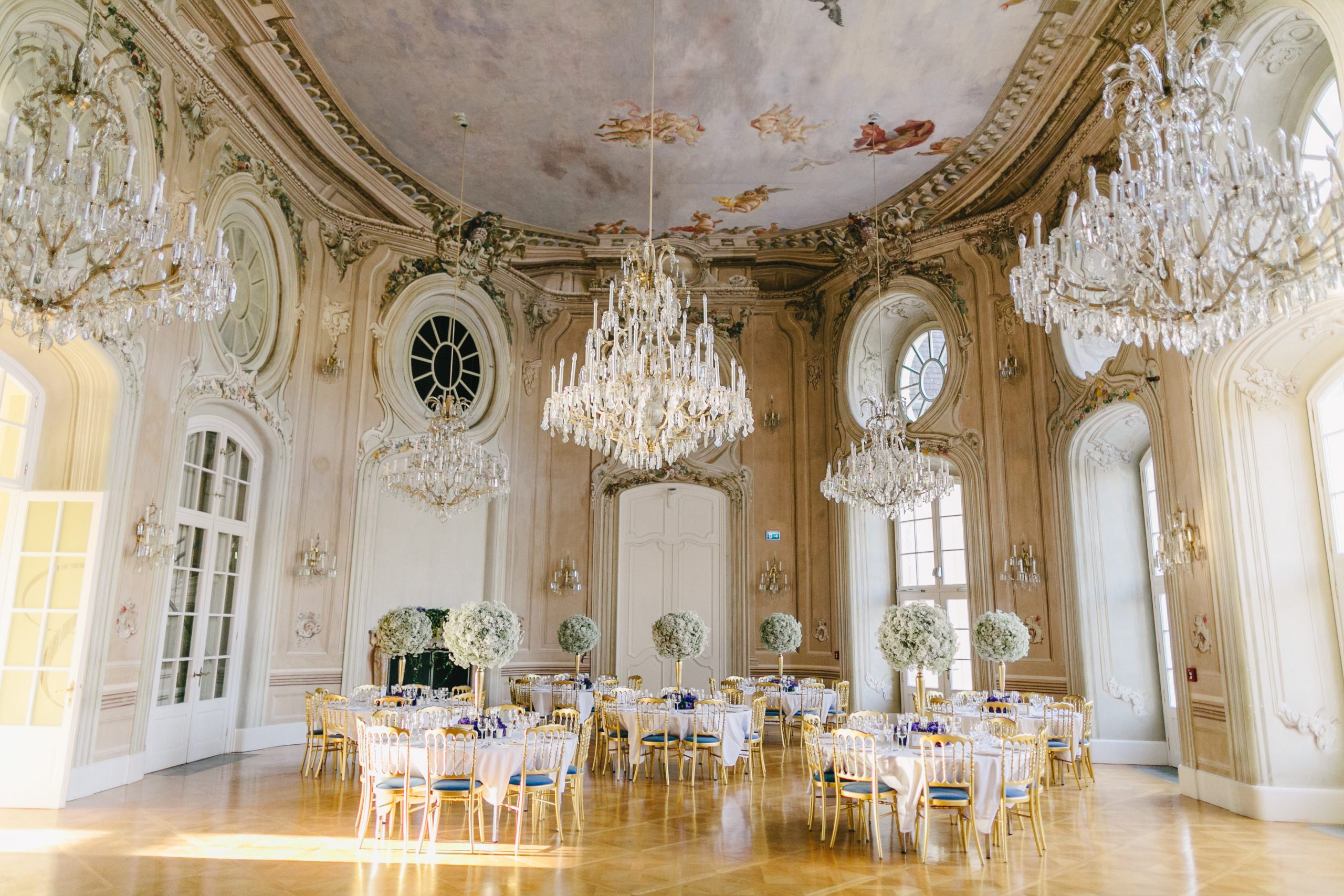 Chinese Wedding in Austria, Vienna. Castle with chandeliers and wedding flowers