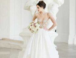 Destination Wedding Vienna, bride with flowers in belvedere palace wearing eva poleschinski