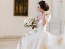 Destination Wedding Vienna, bride with flowers in belvedere palace wearing lena hoschek
